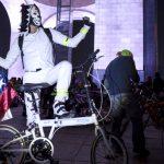 un-disfraz-por-una-bicicleta-en-el-paseo-nocturno-de-dia-de-muertos