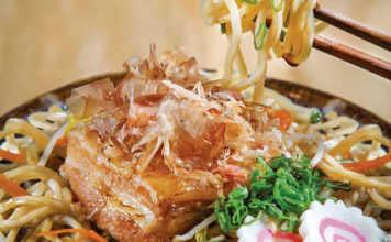 Comer rico ramen con carne
