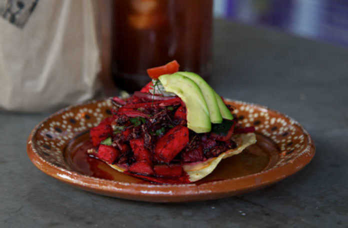Tostada de aguachile de chapulin de La Guapachosa