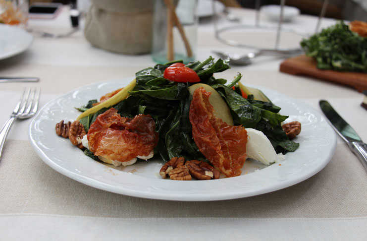 Ensalada de espinaca con prosciutto