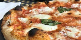 Pizza margarita de la Trattoria della Casa Nuova - Restaurantes abiertos en Semana Santa.
