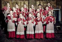 Niños haciendo coros