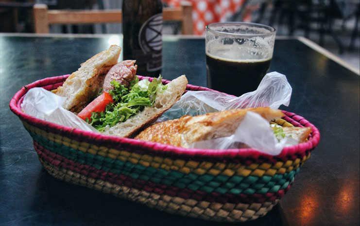 Choripán y cerveza Cosaco en Fuerte Apache