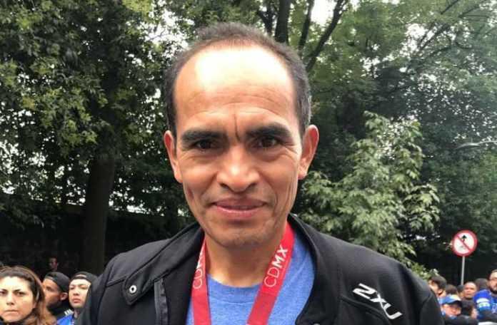Carlos Juárez le donó su medalla del Maratón al Dr. Simi el domingo pasado.
