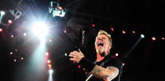 James Hetfield se cayó en una de las cuatro aperturas que permiten subir las mesas de percusión al escenario desde abajo.