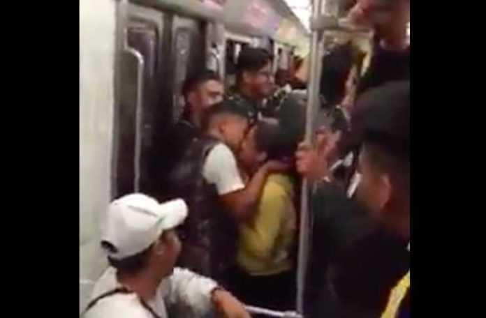 El video de la pedida de matrimonio en el Metro se hizo viral...pero no es la única historia chilanga de este tipo.