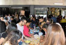 Voluntarios preparando comida en el restaurante Mexsi Bocu