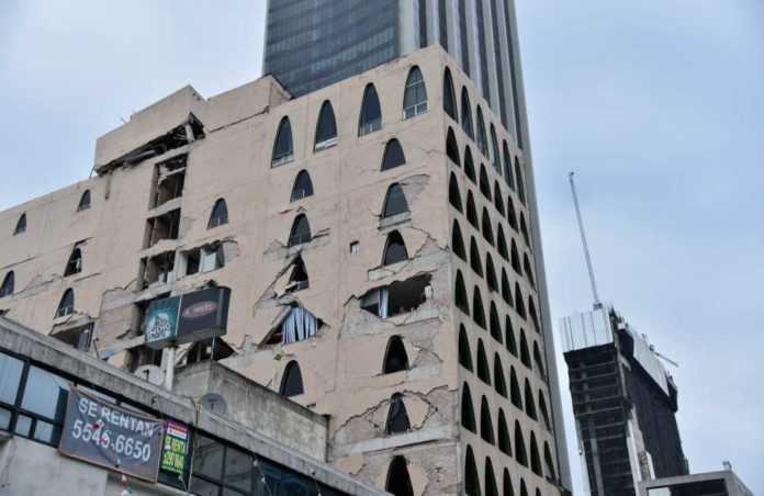 Videos de edificios dañados por el sismo.