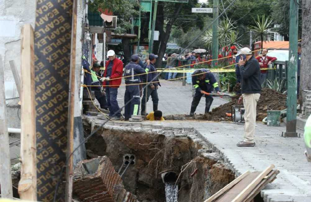 Fuga de agua provoca socavón en la colonia Portales