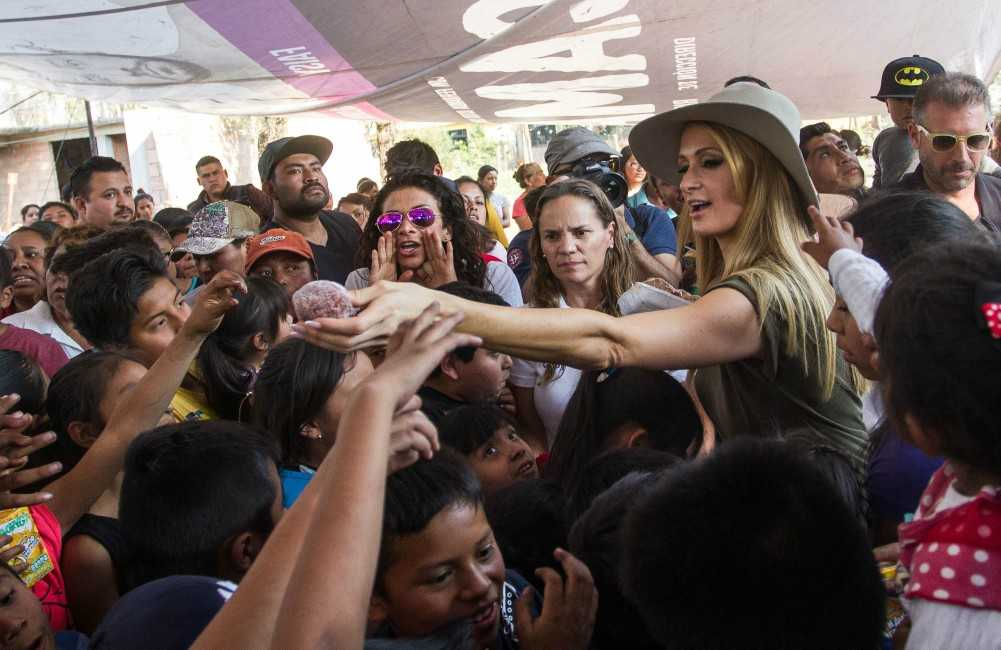 Paris Hilton entrega cobijas a damnificados de Xochimilco