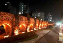 monumentos iluminados de naranja