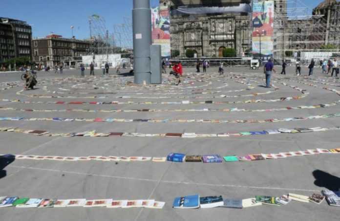 En el Zócalo de la Ciudad de México se armó la espiral de libros más grande del mundo. Los ejemplares serán donados a reclusorios.