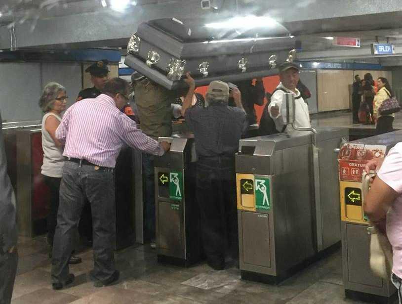 Sancionarán a policía por permitir la entrada de un ataúd al Metro