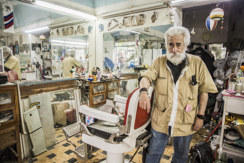 Don Manuel, el último barbero a la antigua de la Roma