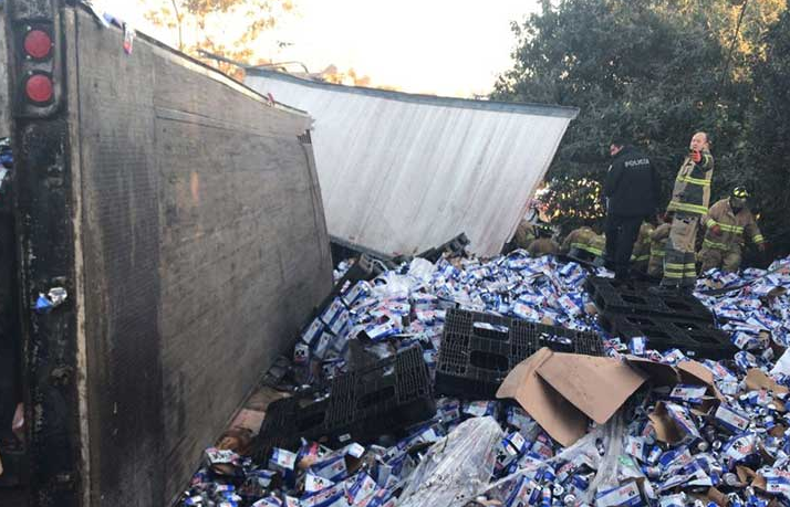 Tráiler con cervezas sufre volcadura en carretera federal