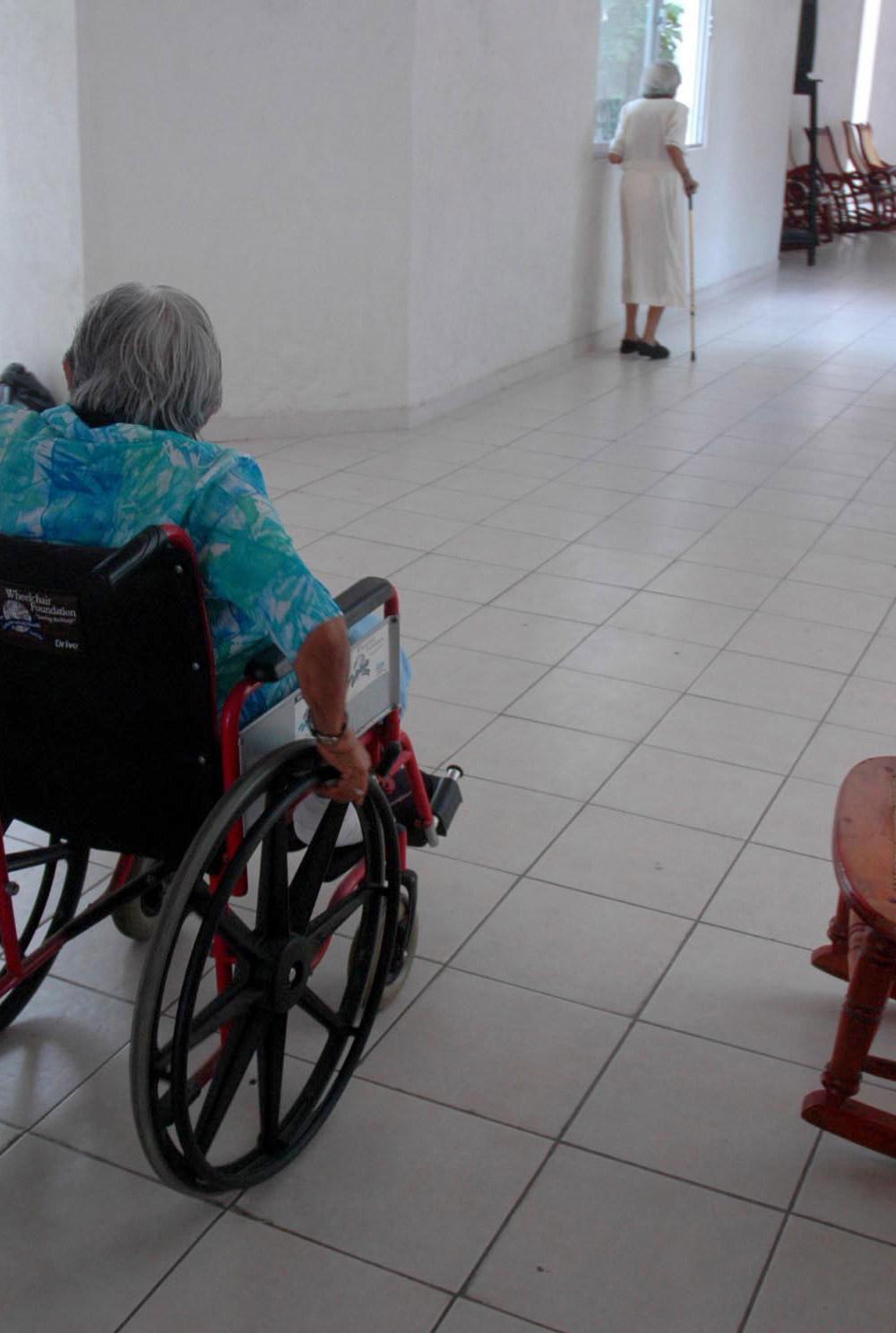 adultos mayores asilos