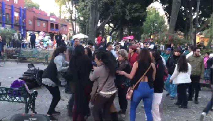 Simpatizantes de Morena y el PRD protagonizan enfrentamiento en Coyoacán.