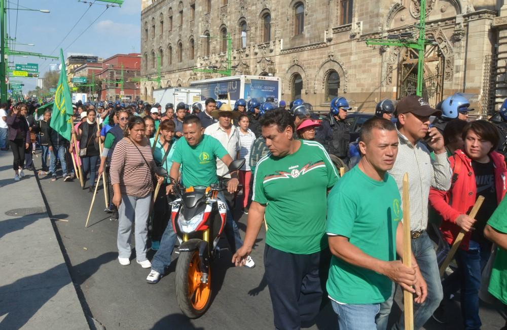 Avanza manifestación rumbo al AICM y complica tránsito
