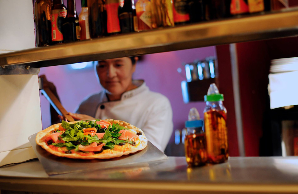 Pizza hecha en horno de leña