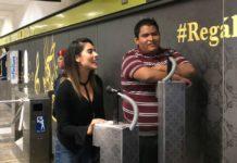 Aprovechando que hay un karaoke en la estación División del Norte la cantante María León se echó un palomazo en el Metro de la CDMX.