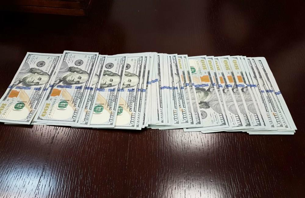 Halla 5 mil dólares en restaurante y los entrega a las policía