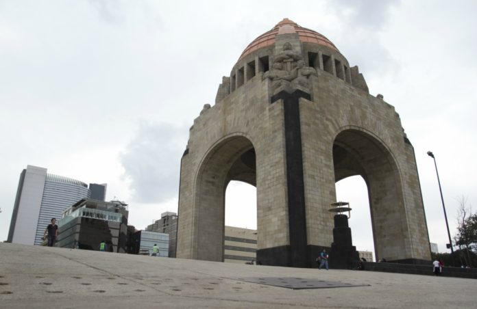 La tarde de este viernes 5 de enero un hombre quedó muerto en el Monumento a la Revolución tras caer desde la cúpula del recinto.