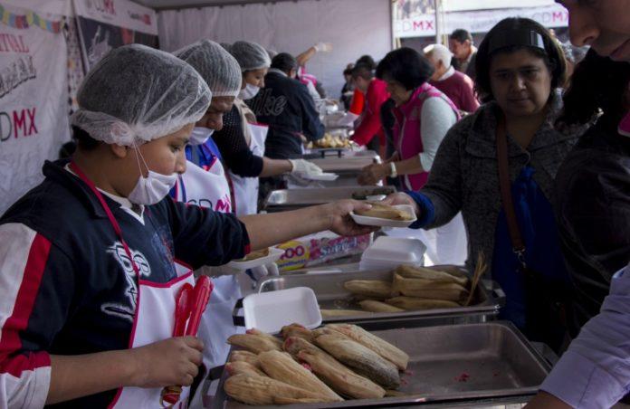 Para celebrar el Día de la Candelaria regalarán miles de tamales en el Zócalo de la Ciudad de México, así como atole de varios sabores.
