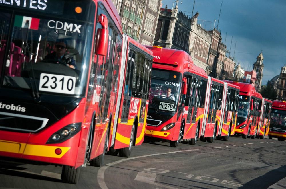 Intenta asaltar a mujer en Metrobús y usuarios lo golpean brutalmente
