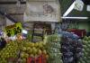 Libros, frutas y verduras en la Central de Abastos