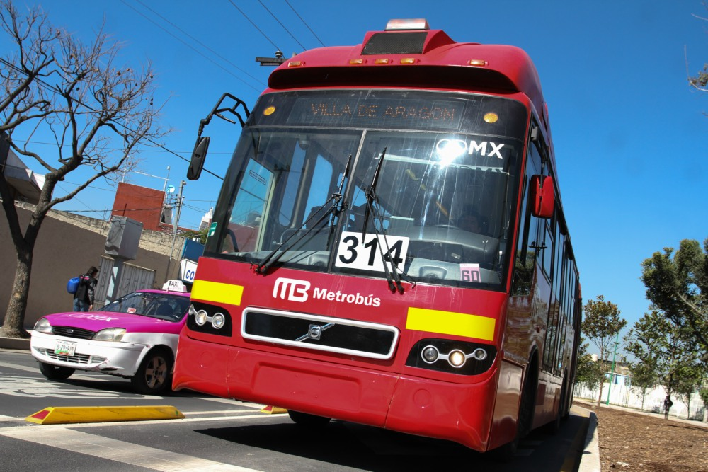 Pasajeros golpean a sujeto que intentó asaltar a mujer dentro del Metrobús