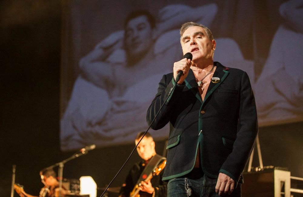 Morrissey canta en programa de televisión mexicana con todo y bailarines