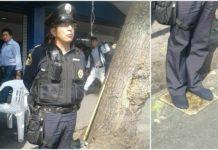 policía descalzo