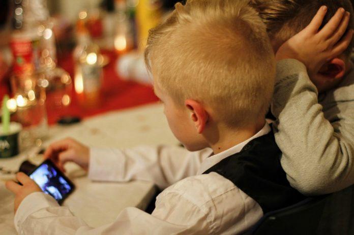 ¿A qué edad debemos darle su primer celular a los niños?