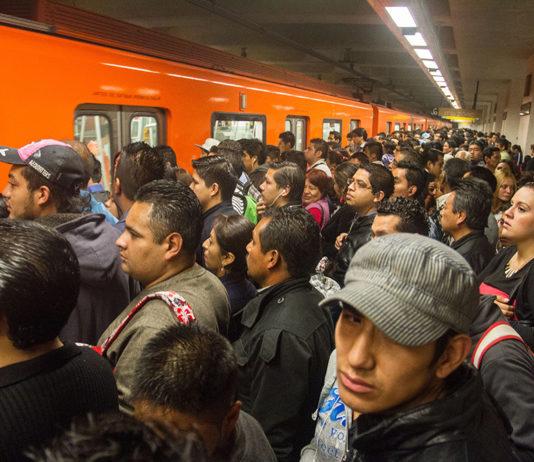 Usuarios del metro se forman para acceder a los vagones