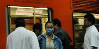 Las bacterias en el Metro de la CDMX se transportan a través de las millones de personas que usan las líneas a diario.