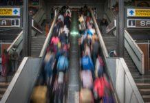 Niño se atora en las escaleras del Metro Chabacano