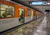 policías golpean a un hombre en el Metro
