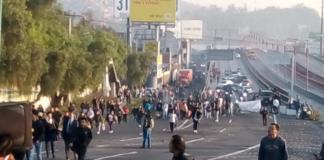 Durante más de ocho horas, pobladores del San Juanico Ixhuatepec mantienen un bloqueo en la autopista México-Pachuca, a la altura de la calle Francisco Macín