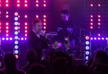 """Los Tacvbos son una de las bandas que, a pesar de los años y cientos de conciertos, siguen sorprendiendo. Ahora no se trata de una nueva gira o materia, sino que harán historia con un nuevo Unplugged de Café Tacvba. Por primera vez en todos los tiempos una banda tendrá dos versiones """"desenchufadas"""" de MTV. Lo mejor de todo es que se trata de una banda mexicana quien realice esta hazaña, pues tendremos un nuevo Unplugged de Café Tacvba. Durante un evento de MTV (y otros canales de televisión) se reveló que tendremos un nuevo Unplugged de Café Tacvba. La legendaria banda de rock mexicana grabará este material en la primera mitad de 2019, año en que cumplirán 30 años de """"darle duro al taconazo"""". En 1995 grabaron su primera versión """"desenchufada"""" que aunque fue transmitido por el canal, por causas extrañas fue guardado bajo llave hasta 2005 cuando salió a la venta. En aquél entonces la banda solo contaba con dos discos, así que ese Unplugged contó solo con 12 canciones incluyendo una versión de """"Una Mañana"""", que años más tarde sería parte de Un Tributo a José José. Ya pasaron casi 24 años desde aquella sesión y definitivamente la banda tiene mucho material de dónde elegir para el nuevo Unplugged de Café Tacvba. Actualmente cuentan con siete discos, siendo Jei Beibi el más reciente y con el que continúan de gira. Sin embargo, no podemos dejar de preguntarnos qué canciones lograrán llegar a esta sesión, pues con los años han cosechados varios éxitos. Si nos ponemos exigentes, el nuevo Unplugged de Café Tacvba no debería de contar con las canciones que interpretaron en el de 1995. Así podríamos disfrutar de Mediodia, Quiero Ver, Seguir Siendo, Olita Del Altamar, Que no y muchas más. Afortunadamente, antes de disfrutar del nuevo Unplugged de Café Tacvba podremos verlos en el festejo de los 20 años del Vive Latino."""