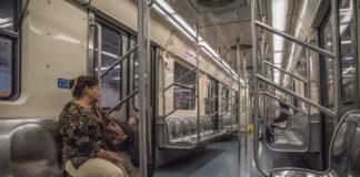 usuarios dormidos en el Metro