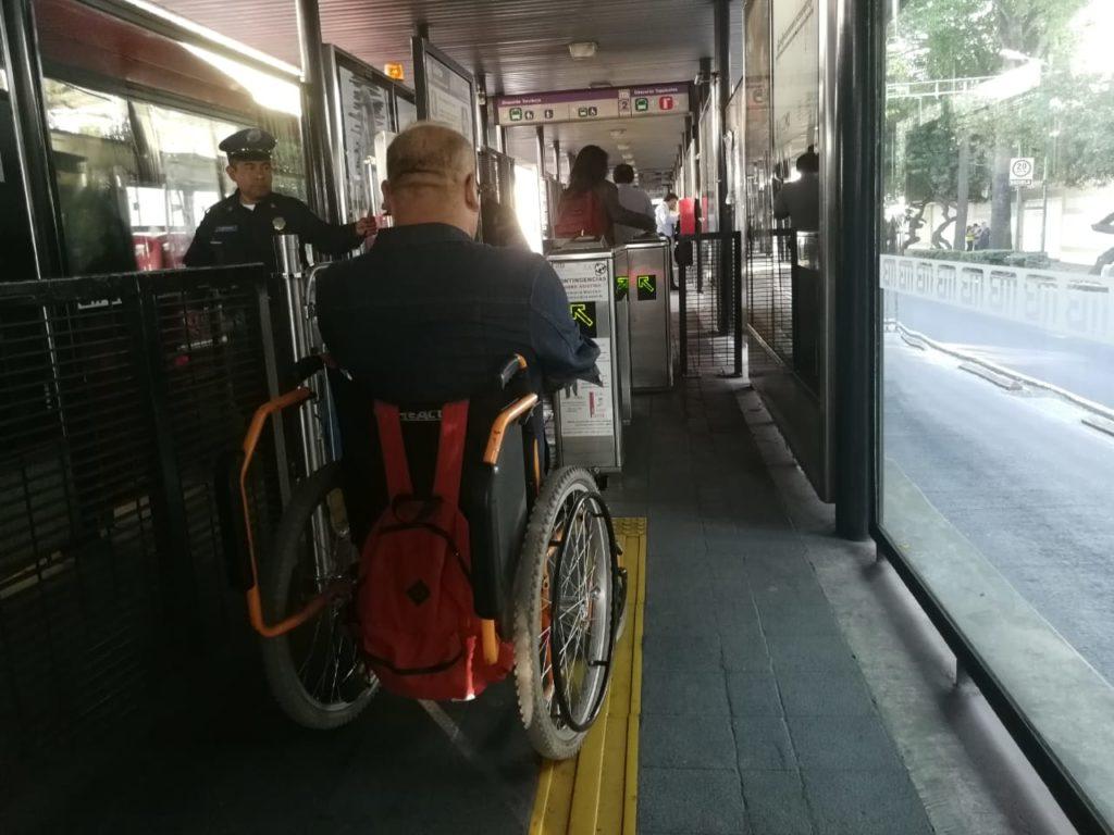 persona con discapacidad en el Metrobús