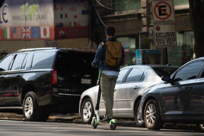 Proponen multas a usuarios de bicis y patines sin anclaje que estorben