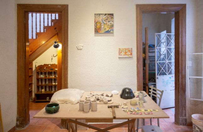 taller de cerámica mono rojo