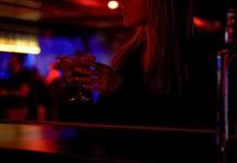sola en un bar
