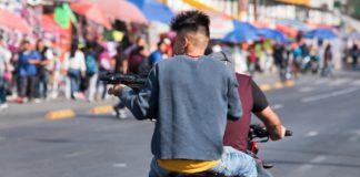 los delitos que viajan en moto sopitas