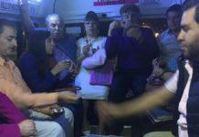 Mucho tráfico y cero aburrimiento; pasajeros juegan Uno en la combi