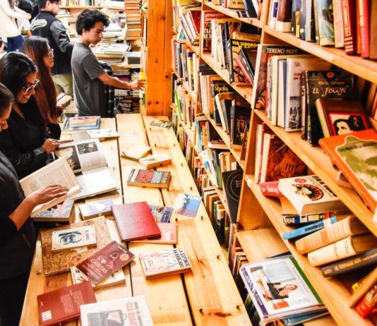 gran remate de libros en el monumento
