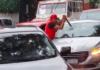 Taxista que rompio el parabrisas