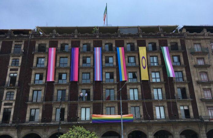 Instalan banderas lgbttti en el Zócalo