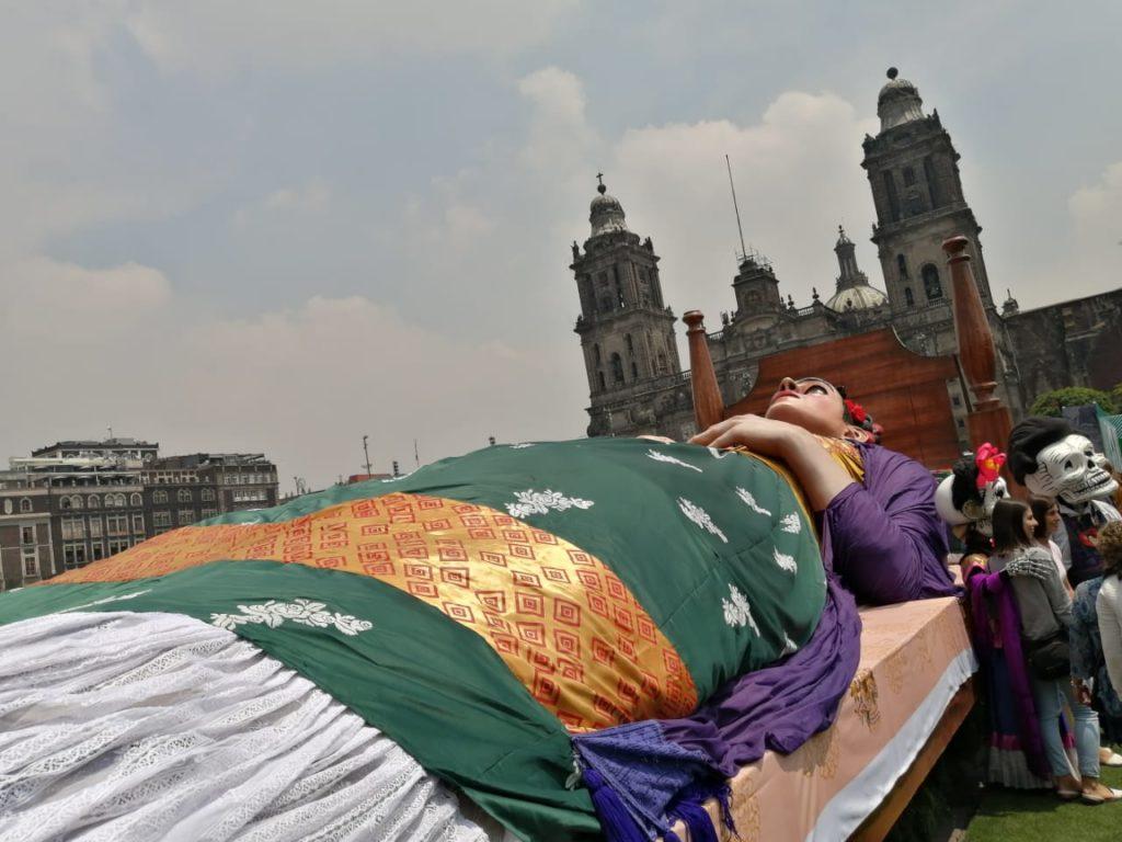 Frida Kahlo en el Zócalo cama